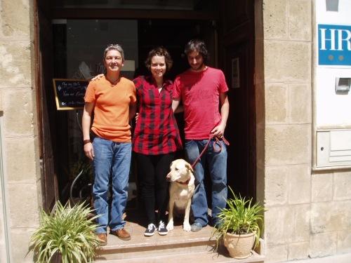 Hotel Triskel. Encarna con los primeros ganadores del concurso de Calle Real: Rocío, la perrita Sira y Mario