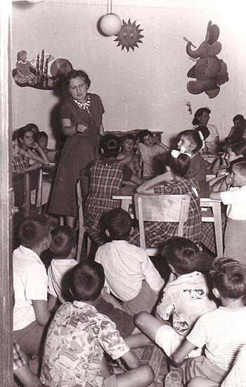 Montserrat del Amo en la biblioteca pública del barrio de Prosperidad (Madrid) practicando la Hora del Cuento, en 1956.