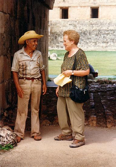 Montserrat del Amo escuchando el cuento popular El enano de Uxmal narrado por un campesino en la ciudad maya de Uxmal (México), 1997.