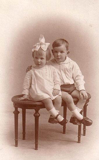 Montserrat del Amo y su hermano Ernesto, hacia 1929.